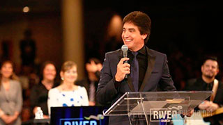 Dante Gebel predicando en River Church